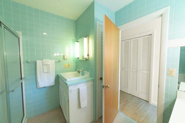 Bar Harbor View Cottage - master bath